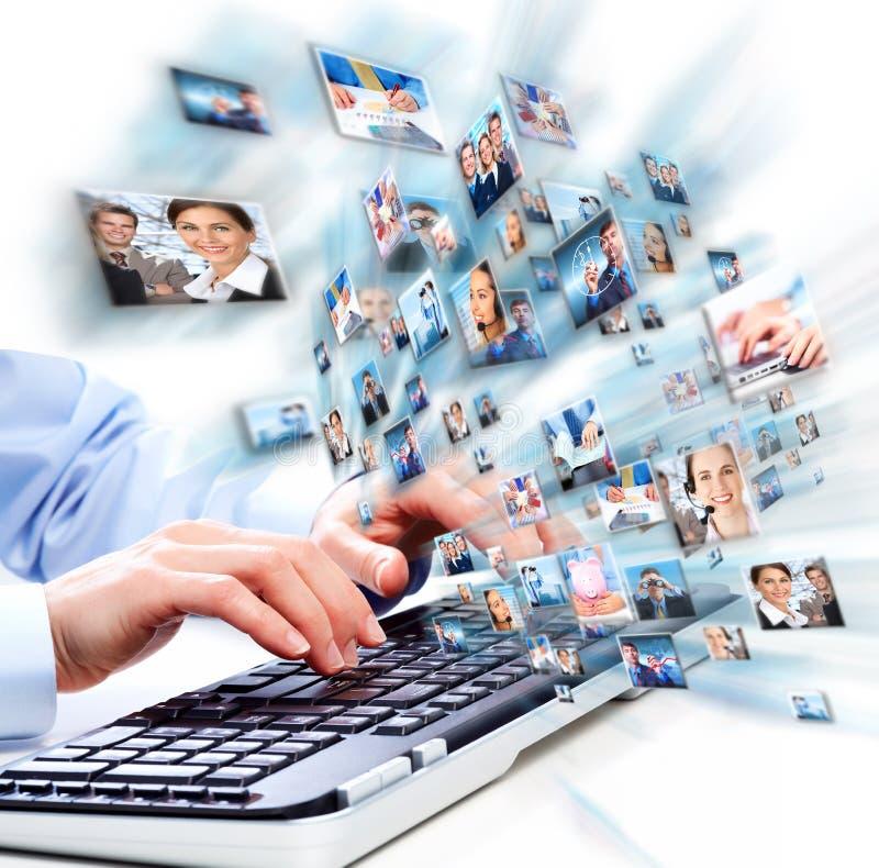 有便携式计算机键盘的手。 免版税库存照片