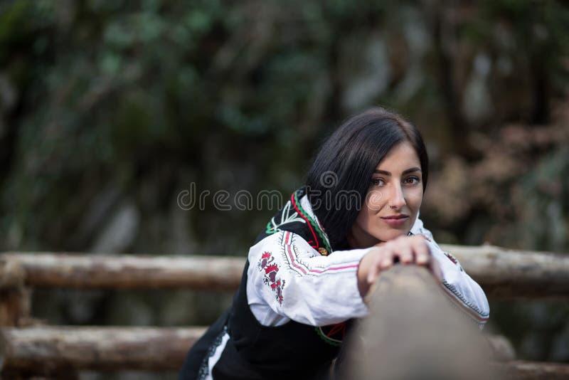 有保加利亚服装的美丽的妇女 免版税库存图片