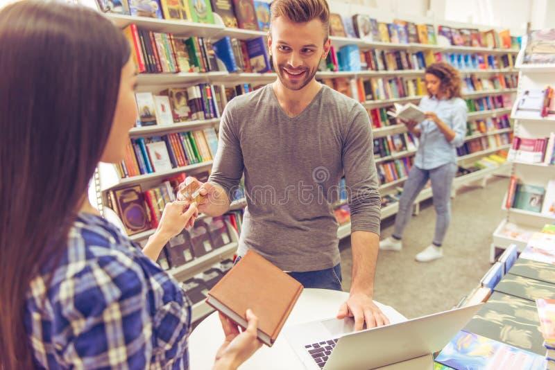 有信用卡的人在书店 库存图片