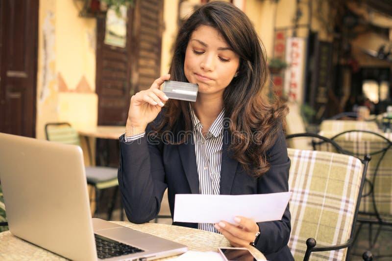 有信用卡的妇女在咖啡馆 免版税库存图片