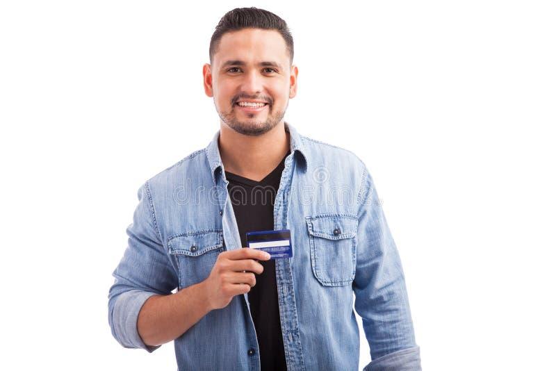 有信用卡的愉快的年轻人 免版税库存照片