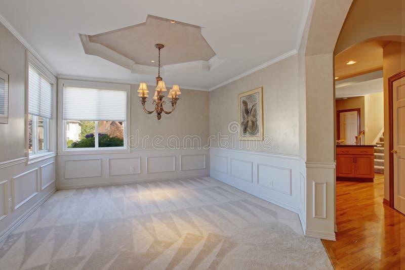 有修剪的空的室在豪华房子里 库存照片