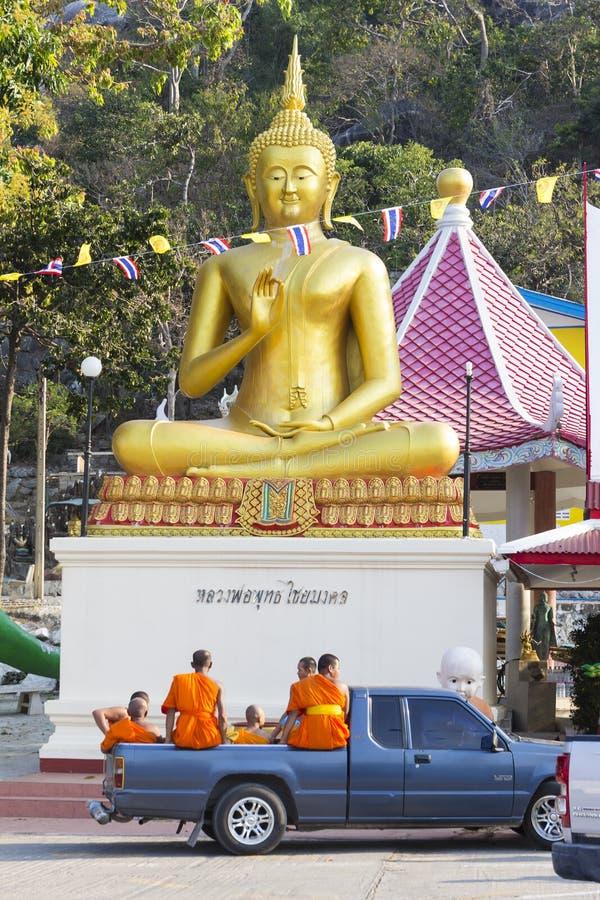 有修士的车临近泰中寺庙,泰国 库存图片