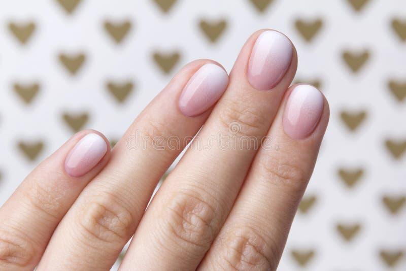 有修指甲的手在与心脏的创造性的背景 免版税库存照片