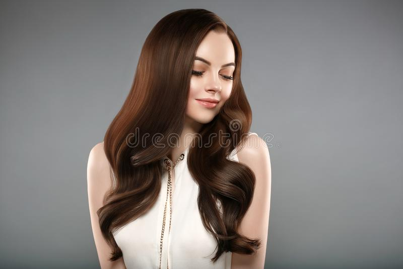 有修指甲的美丽的亮光头发妇女钉牢手 浅黑肤色的男人wi 库存图片