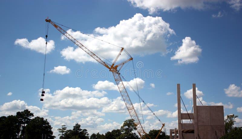 有俯仰运动三角帆的格子景气起重机 免版税库存图片