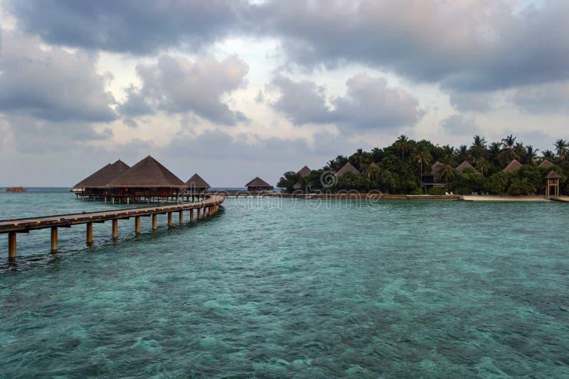 有俯视海和棕榈树的平房的天堂海岛 库存图片