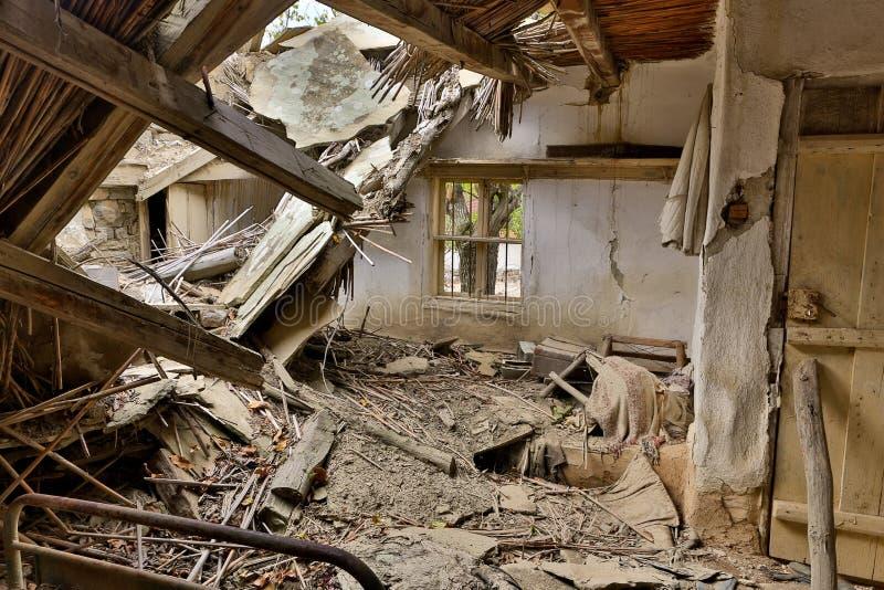 有倒塌的屋顶的遗弃房子 免版税库存照片