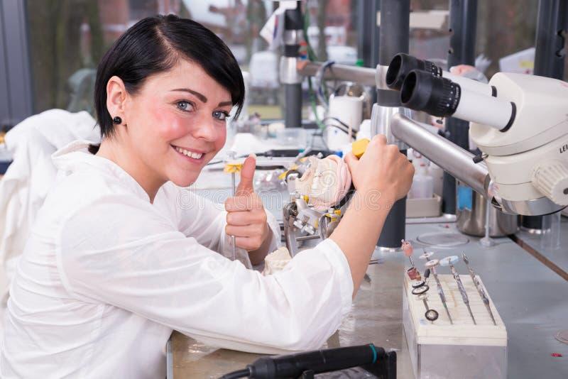 工作在一个模子的一个牙科技师在实验室 免版税库存图片