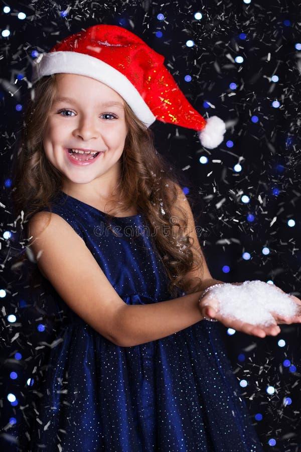 Download 有假雪的微笑的圣诞老人女孩在手上 库存照片. 图片 包括有 学龄前儿童, 摄影, 魔术, beautifuler - 62536900