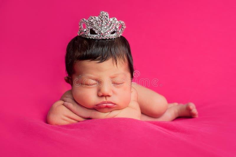 有假钻石冠状头饰的新出生的女婴 免版税图库摄影