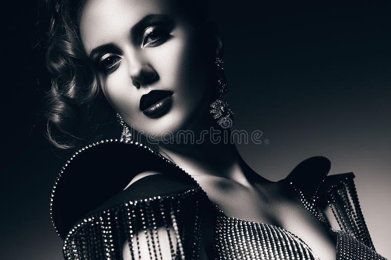 有假钻石的单色美丽的性感的妇女 免版税库存图片