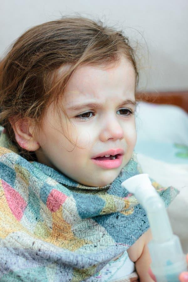 有做与吸入器的呼吸病症的孩子吸入 免版税库存照片