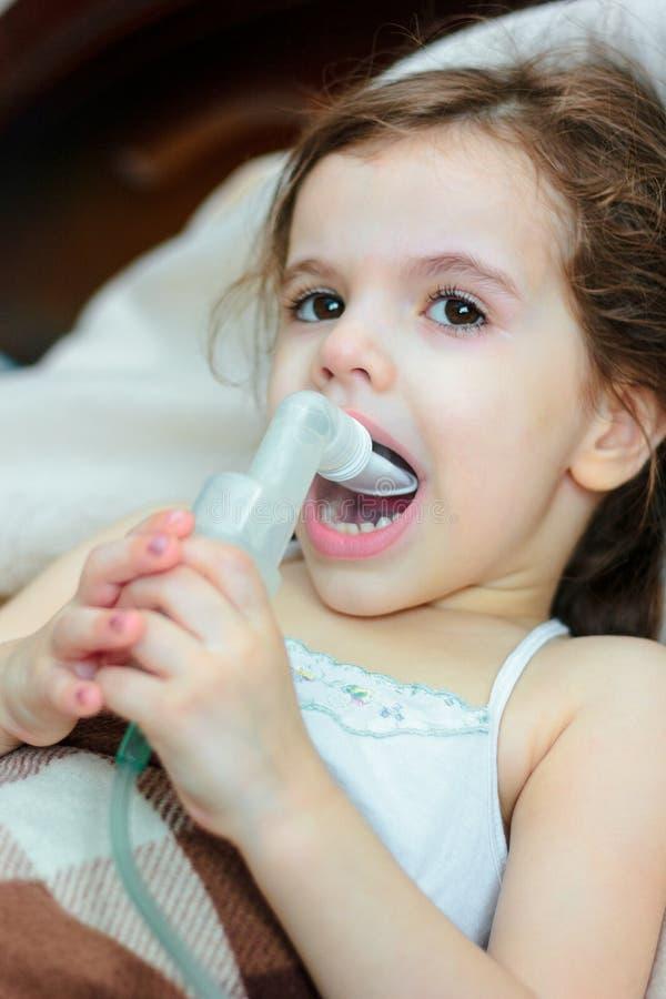有做与吸入器的呼吸病症的孩子吸入 免版税库存图片
