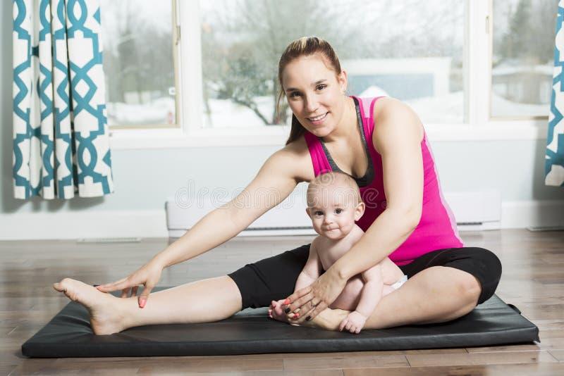 有做健身锻炼的儿童男孩的母亲 图库摄影