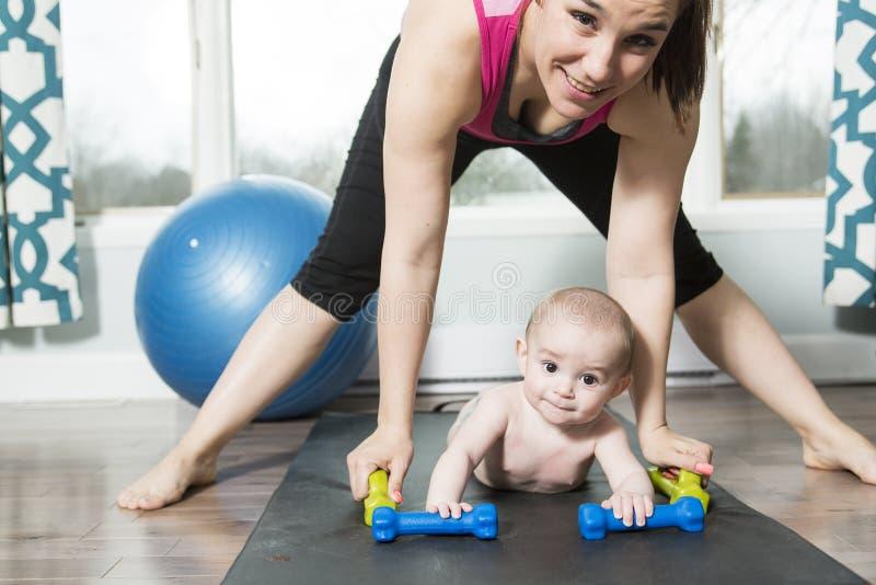 有做健身锻炼的儿童男孩的母亲 免版税库存图片