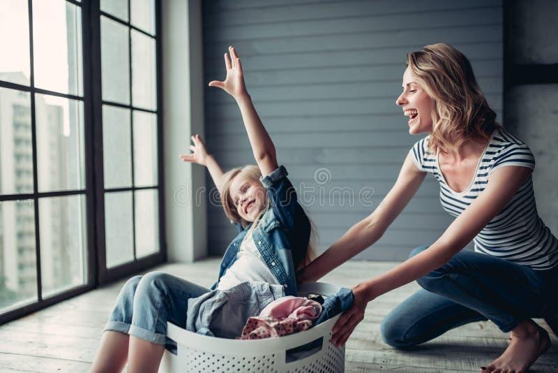 有做清洁的女儿的妈妈 免版税图库摄影