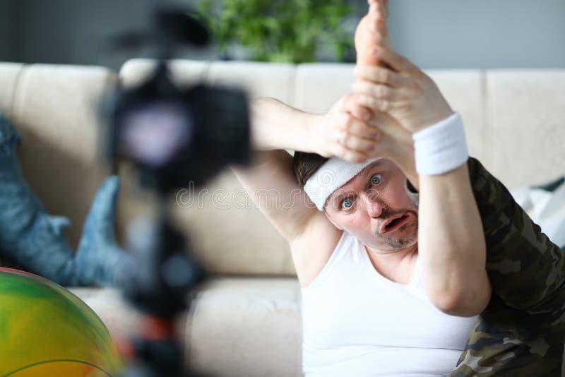 有做腿的滑稽的面孔的博客作者人锻炼 免版税库存图片