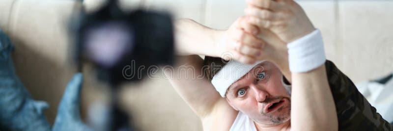 有做腿的滑稽的面孔的博客作者人锻炼 图库摄影