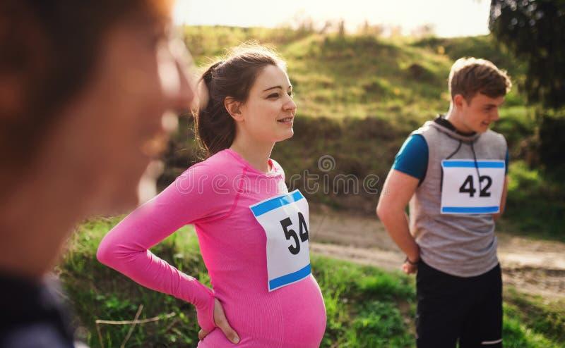 有做锻炼本质上的朋友的适合和活跃pregant妇女 免版税库存照片