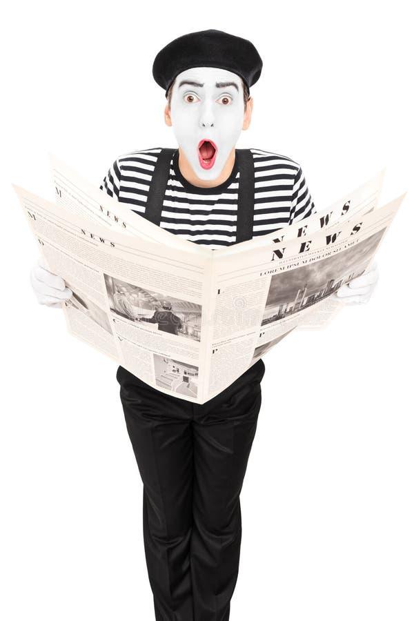 有做鬼脸的报纸的街道艺术家 免版税库存照片