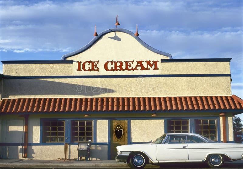 有停放的美国汽车的冰淇淋商店 免版税库存图片