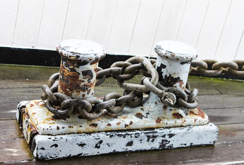 有停泊的生锈的船坞磁夹板在小游艇船坞束缚附上-难看的东西-碳酸油漆- 库存图片