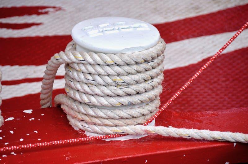 有停泊绳索的海洋系船柱 免版税图库摄影
