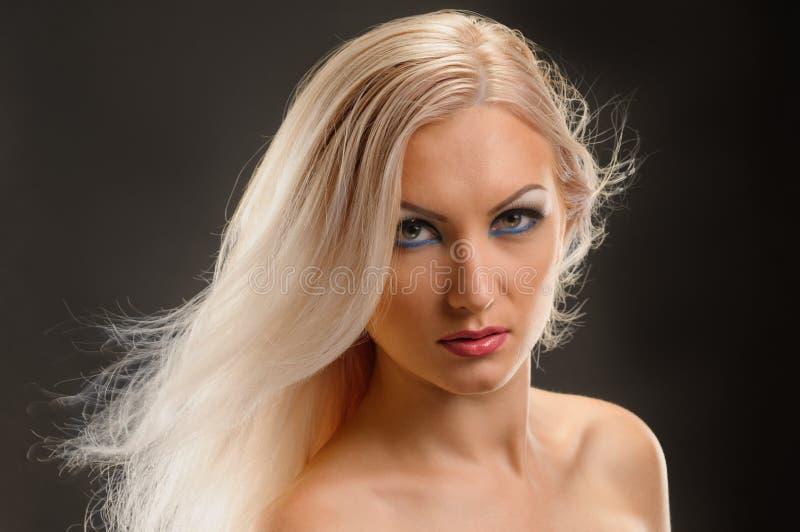 有健康头发的金发碧眼的女人 免版税库存图片