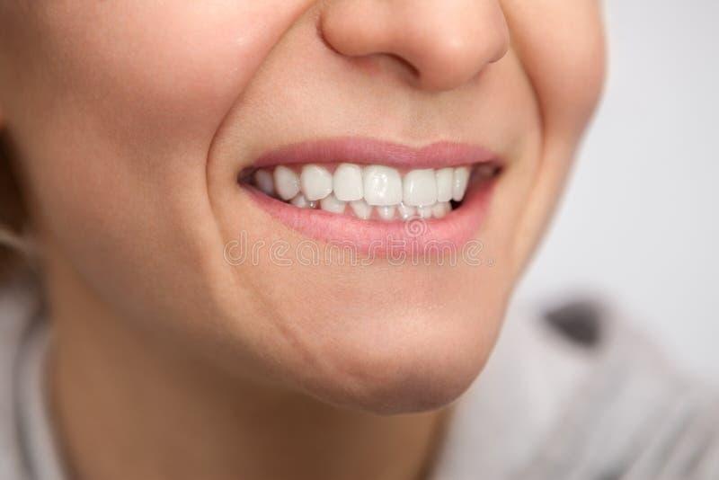有健康白色牙的妇女 库存图片