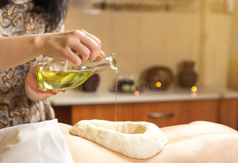 有健康的温泉的妇女芳香与essentia的疗法按摩 免版税库存照片
