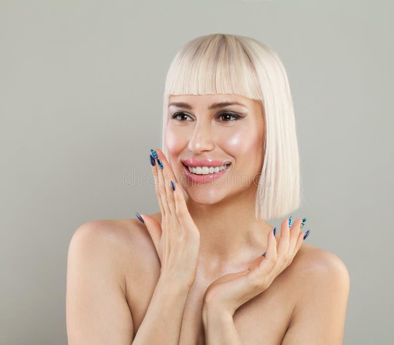 有健康皮肤和白肤金发的发型的激动的妇女 免版税图库摄影