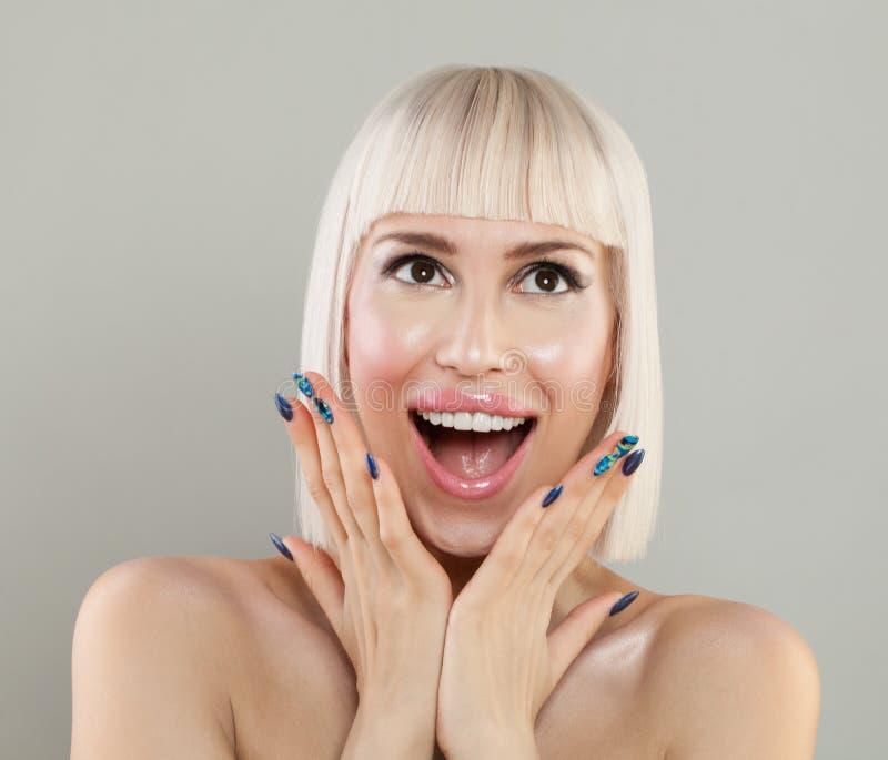 有健康皮肤的美丽的激动的妇女 免版税库存图片