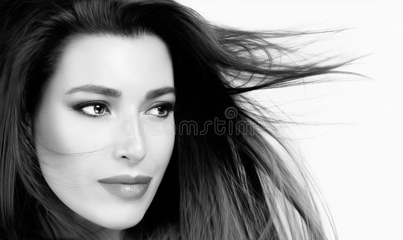 有健康直发的美丽的妇女 免版税库存图片