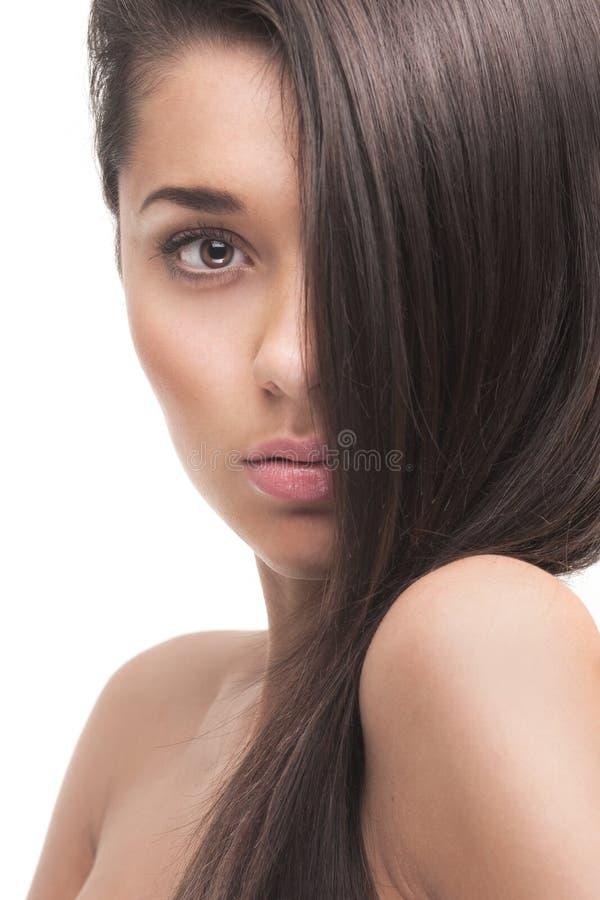有健康长的头发的美丽的女孩 免版税库存照片