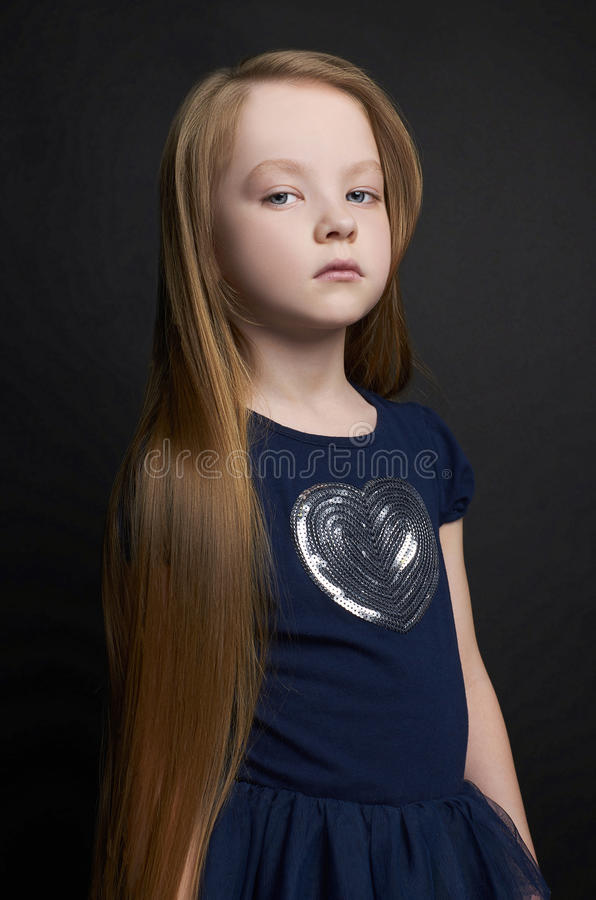 有健康长的头发的美丽的小女孩. 童年, 时兴.图片