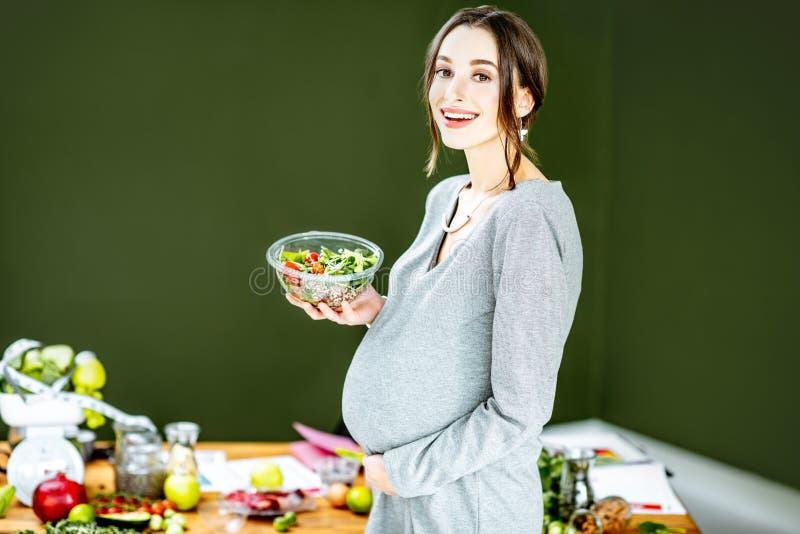 有健康食品variuos的孕妇  免版税库存图片
