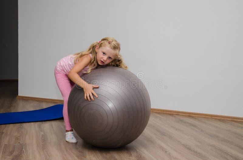有健身房球的女孩 库存照片