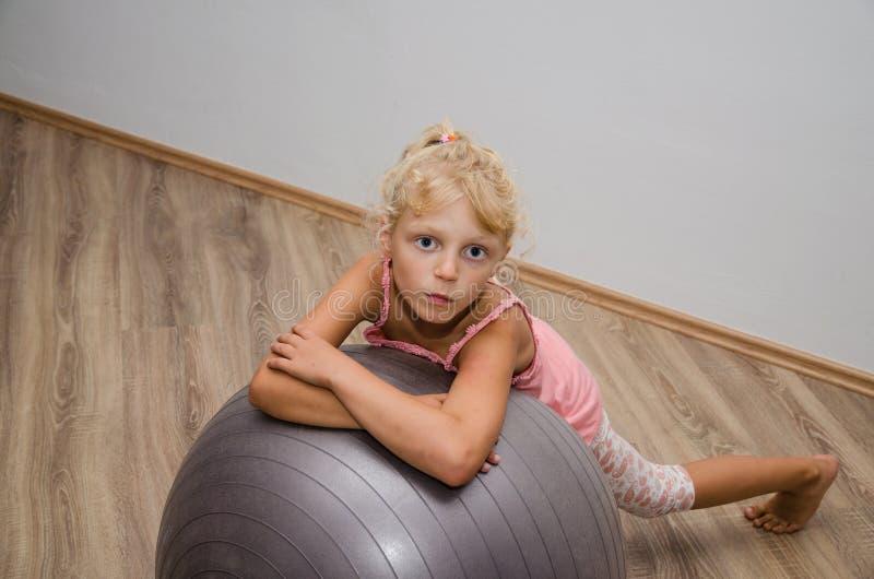有健身房球的女孩 免版税库存照片