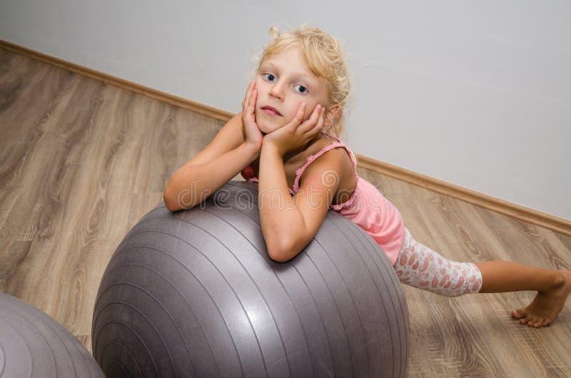 有健身房球的女孩 库存图片