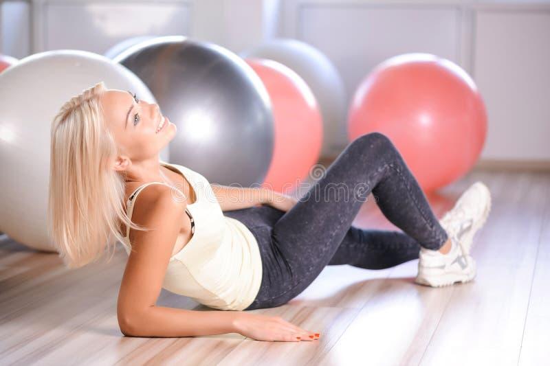 有健身球的白肤金发的女孩 库存图片