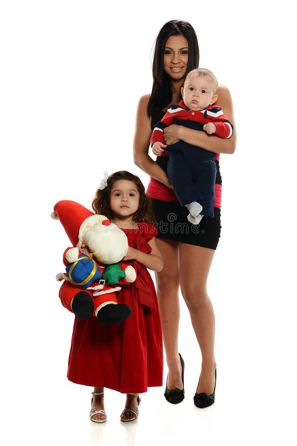 有儿子和女儿的年轻西班牙母亲 免版税库存图片