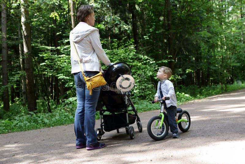 有儿子的母亲在公园 免版税库存图片