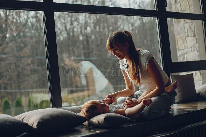 有儿子的母亲在家 库存照片