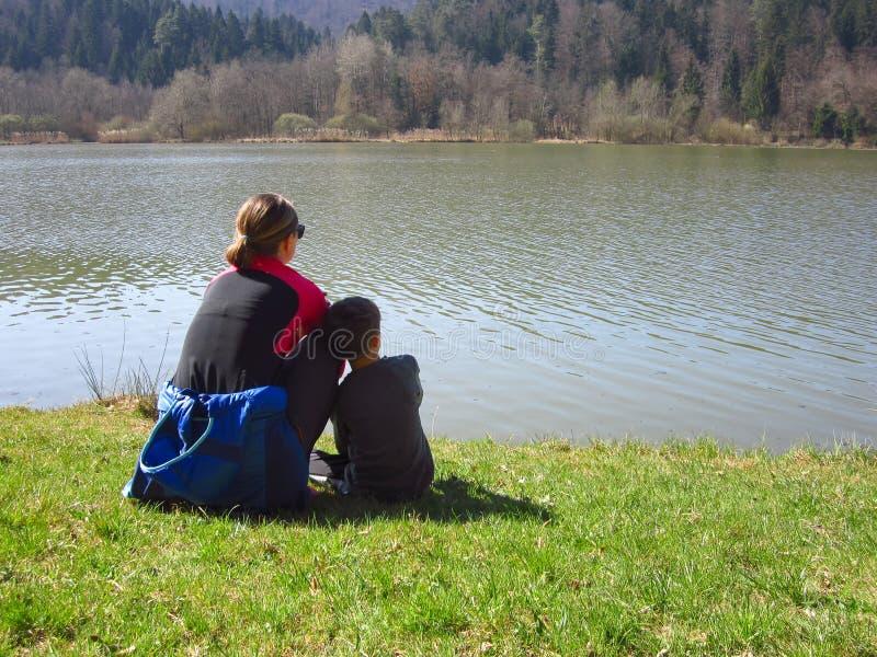 有儿子的母亲由湖 库存图片