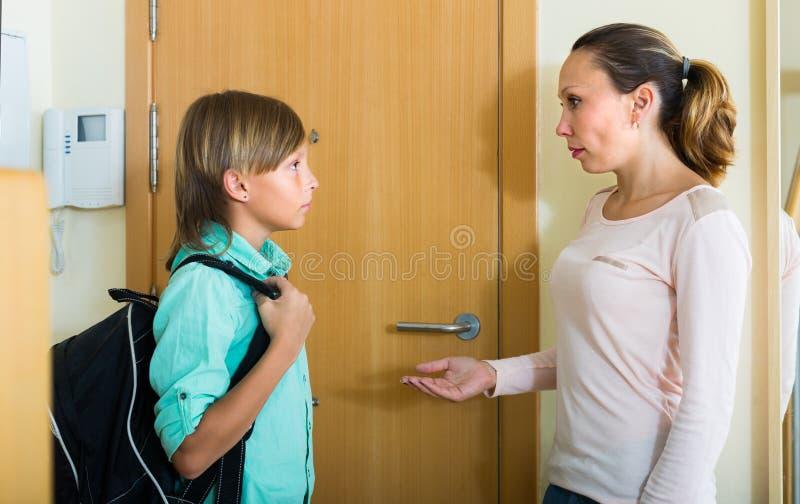 有儿子的母亲门道入口的 免版税库存图片