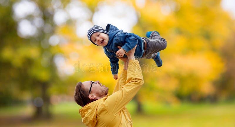 有儿子的父亲演奏和获得乐趣在秋天 库存照片