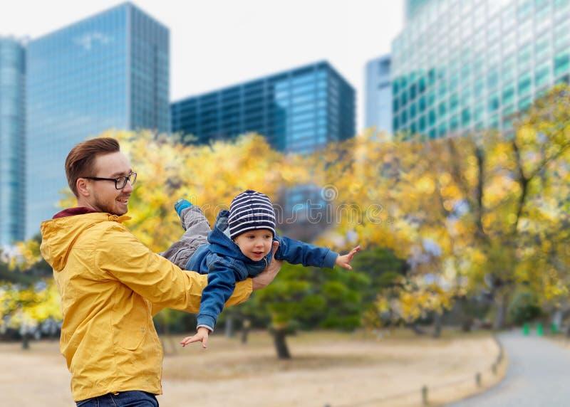 有儿子的父亲获得乐趣在秋天东京市 库存图片