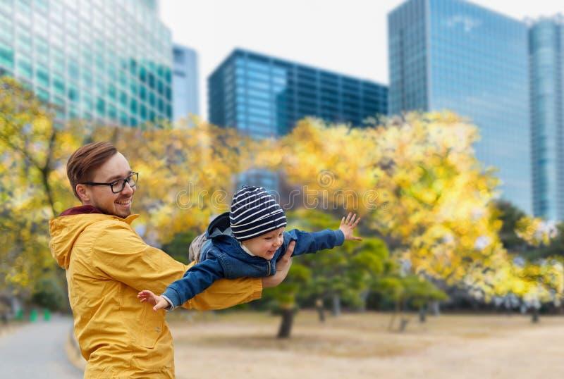 有儿子的父亲获得乐趣在秋天东京市 免版税图库摄影