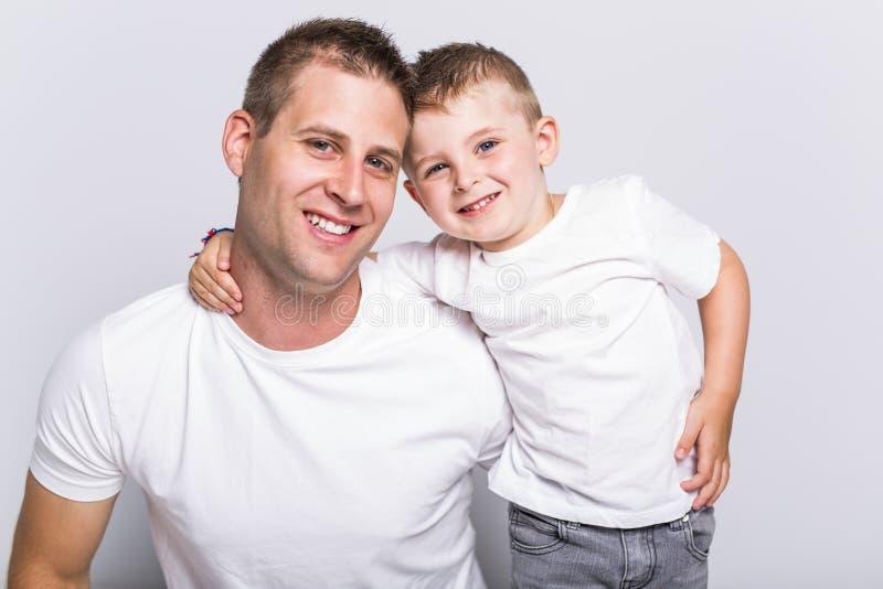 有儿子的爸爸 免版税库存图片